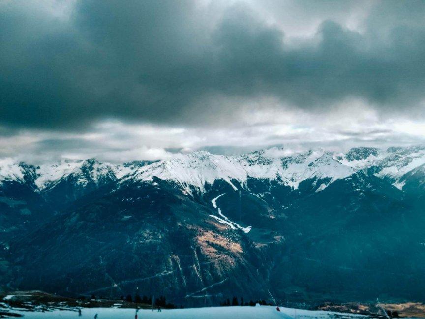 Serfaus Skifahren mit wenig Schnee im Tal
