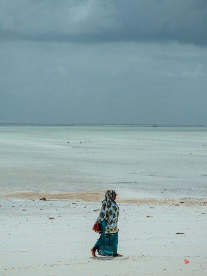 Tuchverkäuferin am Strand von Paje