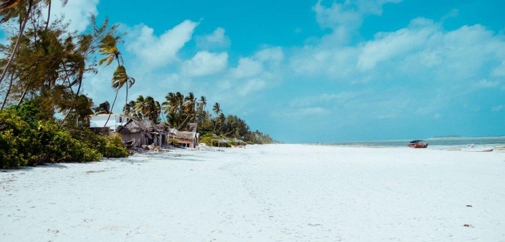 Menschenleerer Traumstrand Sansibar