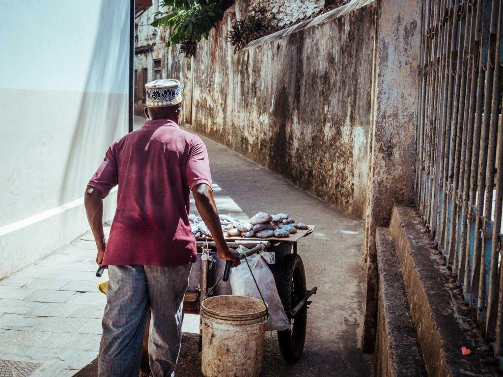 Straßenhändler mit Fisch in Stone Town, Sansibar