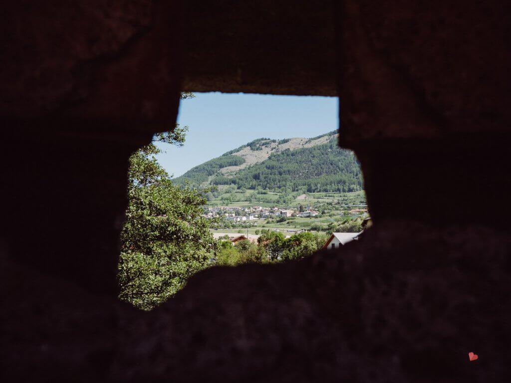 Blick durch die Stadtmauer von Glurns