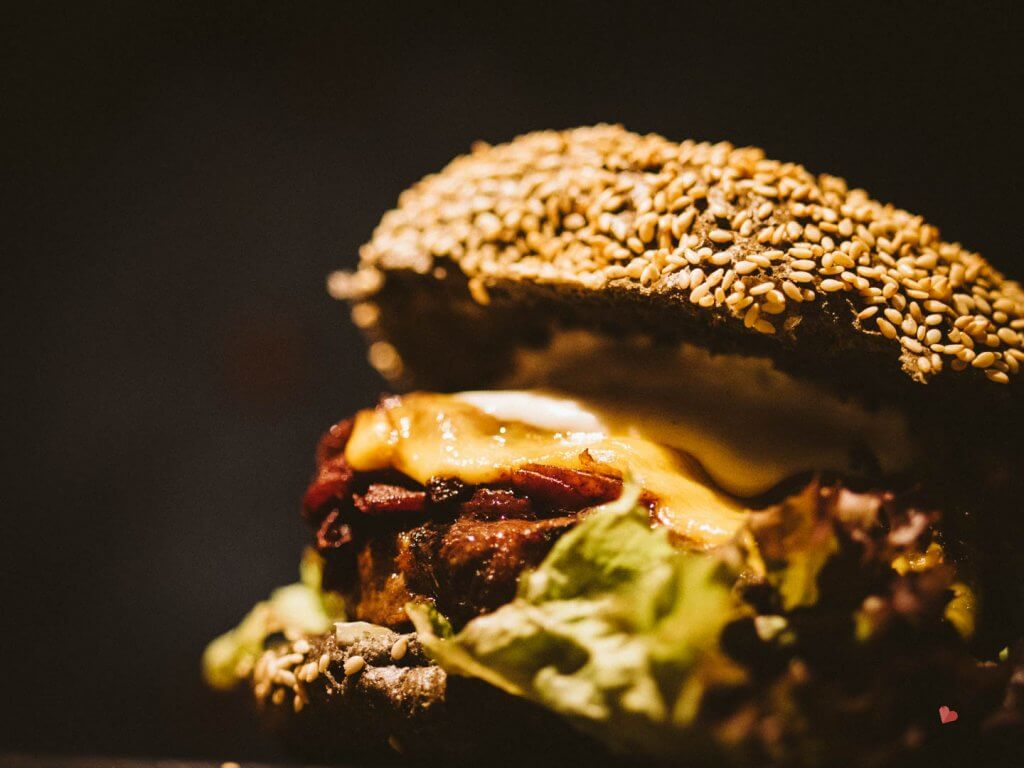Leckerer Burger mit schwarzem Brot im mama thresl