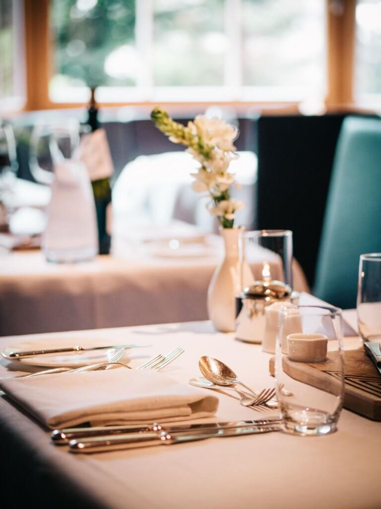 Urlaub in den Dolomiten - Abendessen im Adler Dolomiti Wellness Hotel