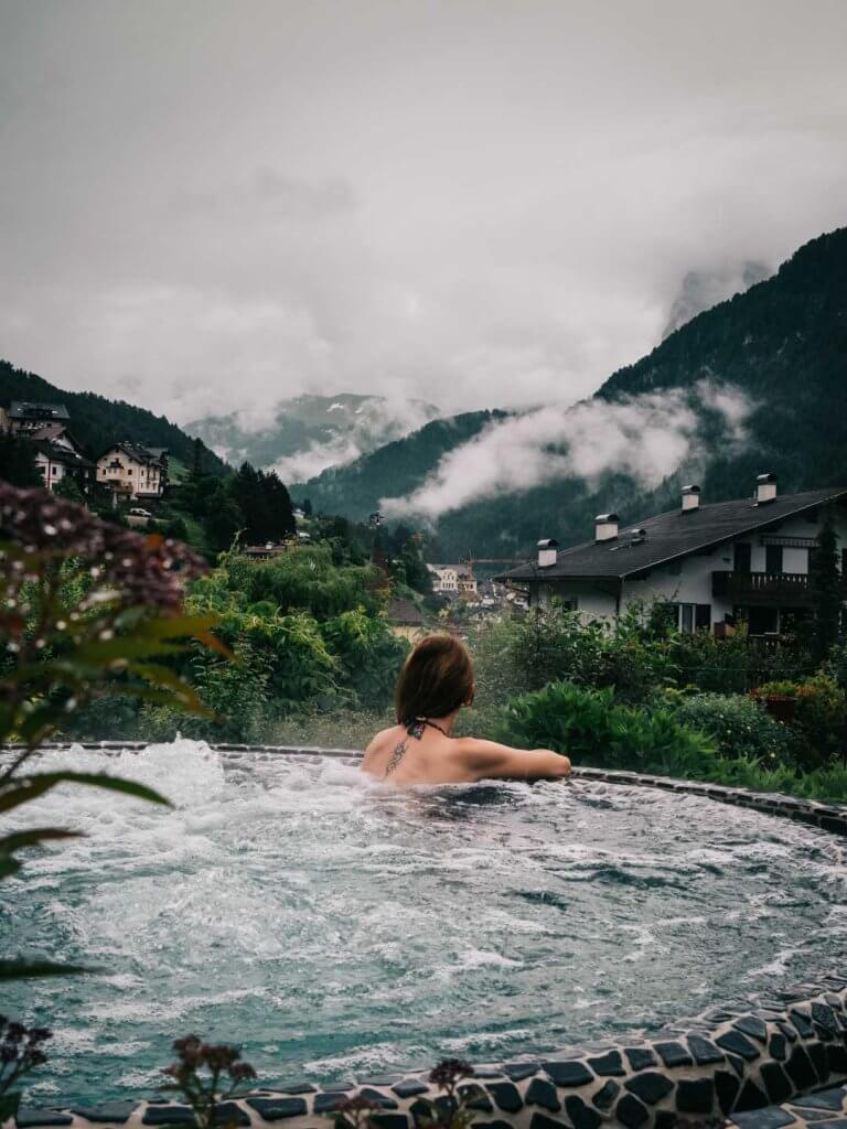 Außenpool im Adler Dolomiti St. Ulrich - Wellnessurlaub in den Dolomiten